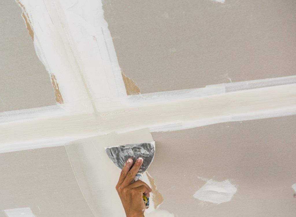 Réparer un plafond fissuré: les étapes incontournables